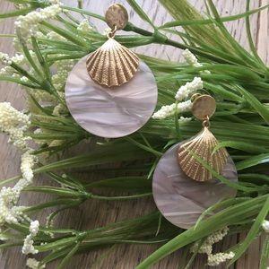 Jewelry - LAST 1 🔥Wavy seashell lucite circle drop earrings